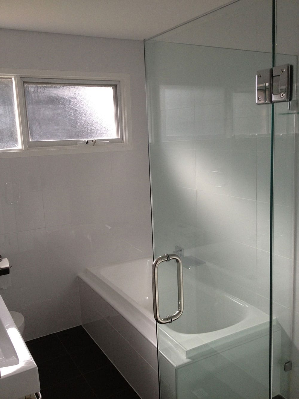 Optimised Bathroom with Shower & Extra Bathtub